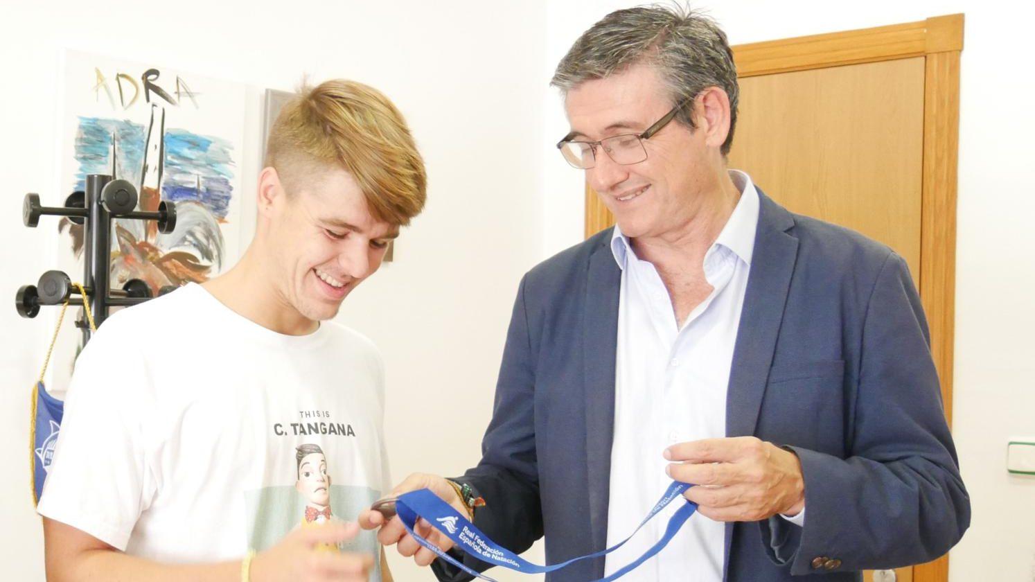 Photo of Manuel Cortés recibe a Gonzalo Marín, medalla de plata en el Campeonato de España de Natación