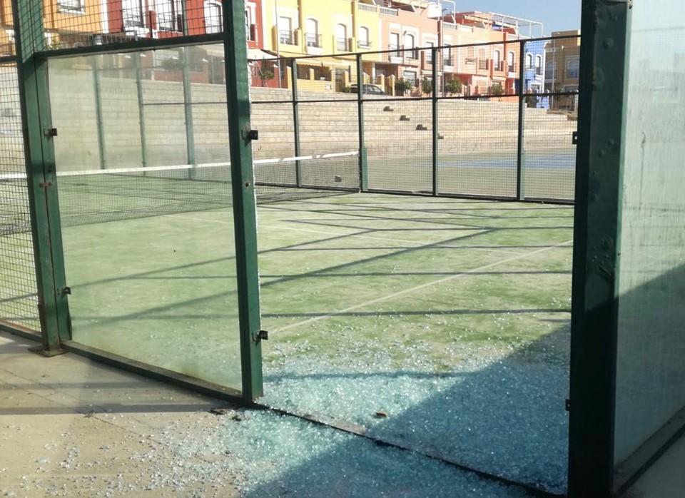 Photo of Rompen un paño de vidrio de una pista de pádel del complejo deportivo Miramar