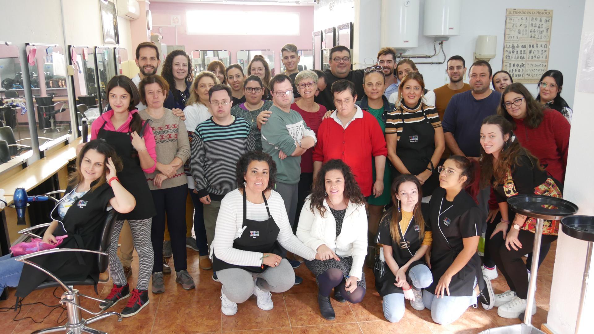 Photo of Usuarios del Centro Ocupacional disfrutan de los servicios de belleza de Imagen Personal del IES Abdera