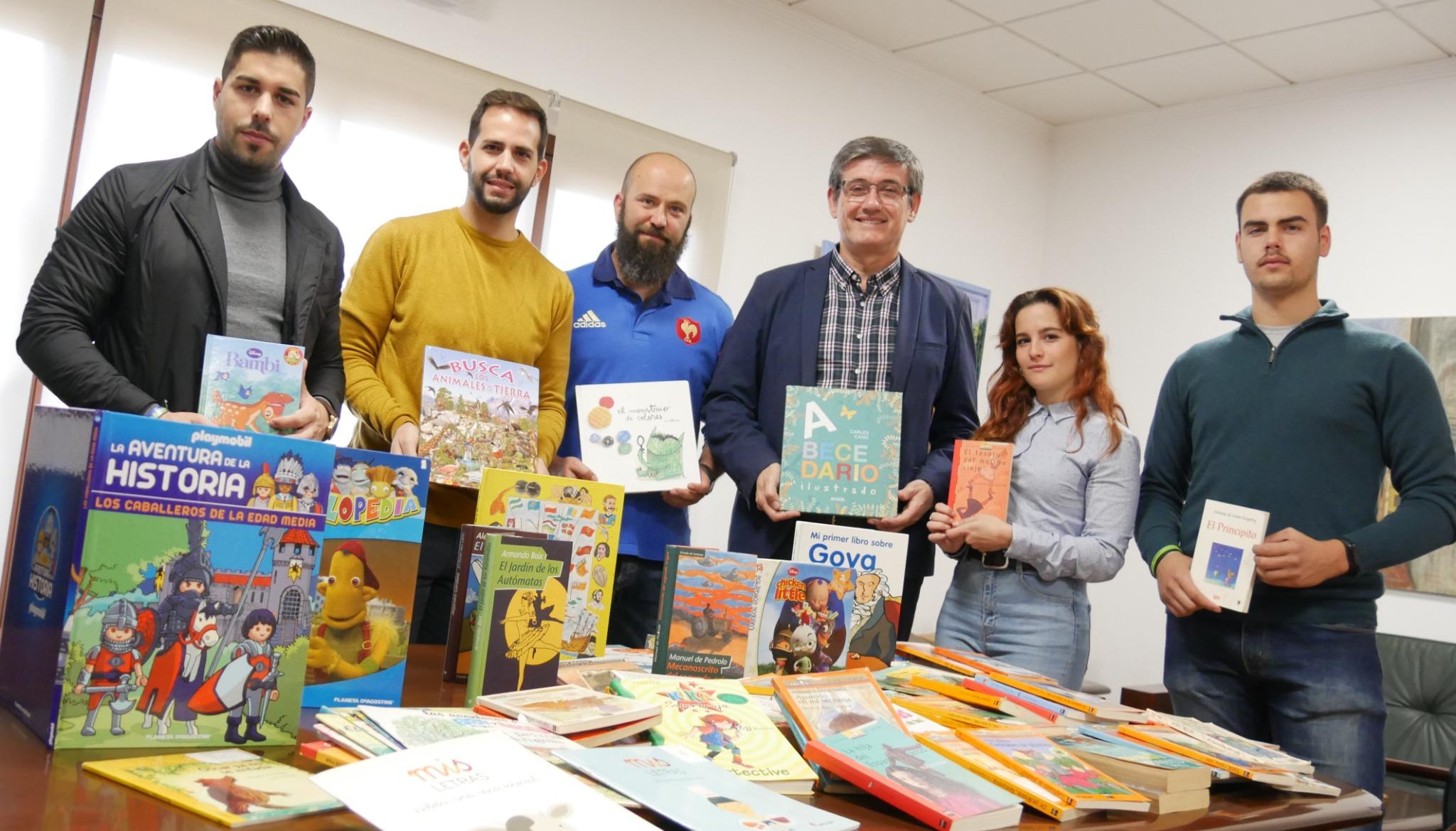 Photo of El Ayuntamiento de Adra recibe las primeras donaciones de libros para el nuevo Parque del Cercado