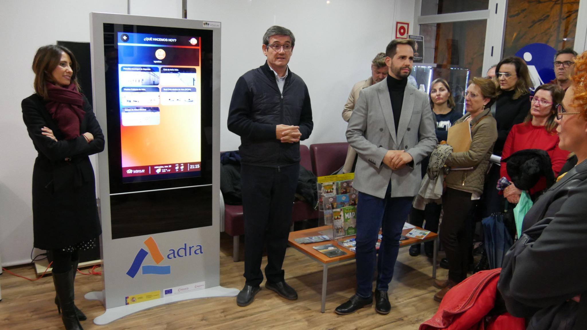 Photo of Adra avanza en su digitalización con seis 'mupis' que acercan el comercio y la información local a la ciudadanía