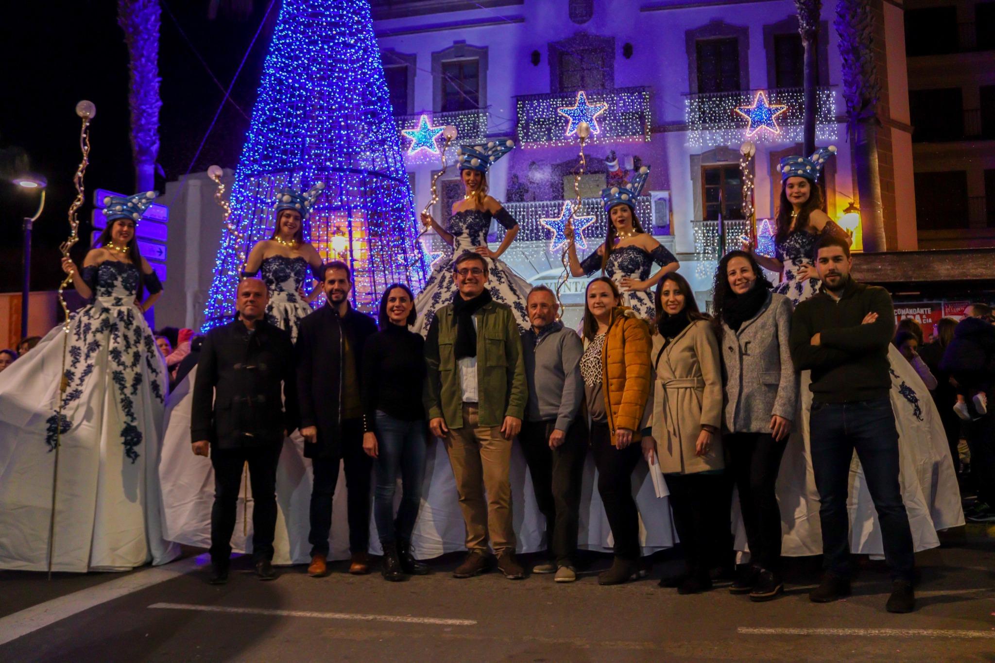 Photo of Adra da la bienvenida a una Navidad llena de actividades con el encendido de las luces y una gran nevada