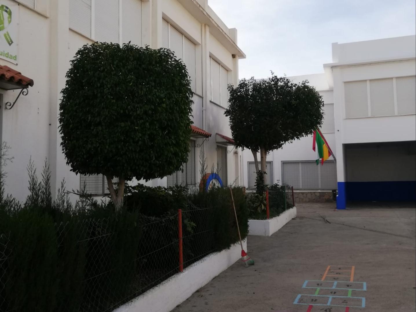 Photo of Labores de jardinería y poda en centros escolares de Adra durante el periodo vacacional