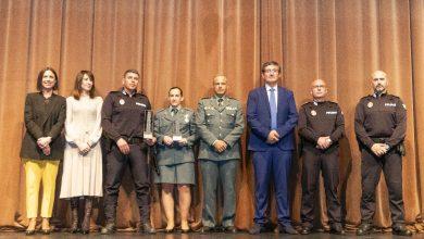 Photo of Reconocimiento a la labor de la Policía Local y Guardia Civil de Adra con el Distintivo por la Igualdad