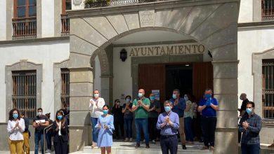 Photo of Adra celebra un minuto de silencio a las puertas de Ayuntamiento por los fallecidos por COVID-19