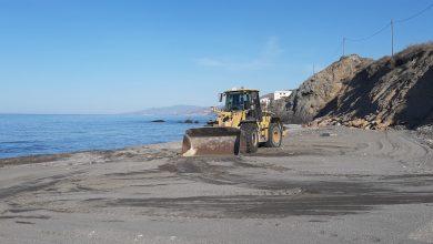 Photo of Continúan las labores de limpieza y adecuación de las playas de Adra de cara a la época estival