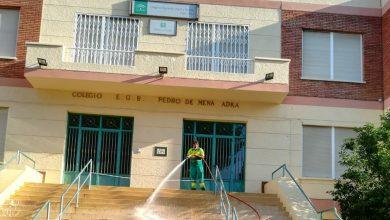 Photo of Continúan las labores de baldeo y desinfección en los accesos y patios de los colegios