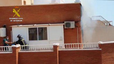 Photo of La Guardia Civil auxilia a dos personas durante el incendio de su vivienda en Adra