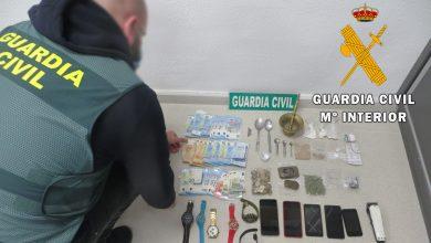 Photo of La Guardia Civil desmantela un activo punto de venta y detiene a los responsables por los delitos contra la salud pública y tenencia ilícita de armas en Adra