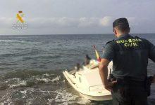 Photo of La Guardia Civil detiene a los dos patrones de una patera con 14 personas a bordo