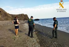 Photo of La Guardia Civil presta seguridad y apoyo a los técnicos de Equinac en dos varamientos de delfines en la costa de Adra