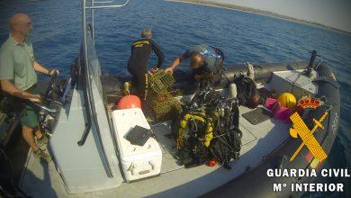 Photo of La Guardia Civil retira 70 nasas de pesca ilegal que han destruido una pradera de posidonias en el fondo marino de la costa de Retamar